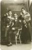altes schwarz-weiß Foto der Familie Meerbaum: Selmas Vater Max, seine Mutter und seine Schwester