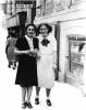 altes schwarz-weiß Foto von Selma und ihrer Freundin Else, beide in Sommerkleidern, in Czernowitz