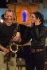 Der Musiker David Klein, mit Saxophon und die Sängerin Stefanie Kloß lachend während eines Konzerts