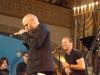 Der Musiker Thomas D während eines Konzerts, im Hintergrund David Klein und ein siebenarmiger Leuchter