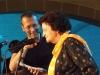 David Klein hält der einen Brief vorlesenden Margit Bartfeld-Feller das Mikro