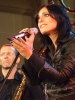 Die Sängerin Stefanie Kloß singt während eines Konzerts, im Hintergrund ist David Klein zu sehen