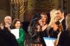Eine Gruppe von Musikern und Künstlern, darunter Thomas D, Stefanie Kloß und Iris Berben, steht zusammen und applaudiert während eines Auftritss
