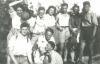 altes schwarz-weiß Foto von Selma und einigen Freunden bei einem Ausflug