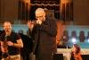 Der Musiker Thomas D während eines Konzerts, im Hintergrund David Klein, diesmal aus einem anderen Winkel