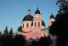 Foto einer rosafarbenen orthodoxen Kirche im heutigen Czernowitz